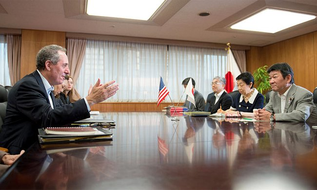 United States Trade Representative Michael Froman negotiates with the Japanese team. Photo by William Ng/U.S. State Department.
